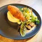 De Volaille z Kurczaka z żółtym serem i masłem czosnkowym, ziemniaki, mix sałat z winegretem + opakowanie (1,00)