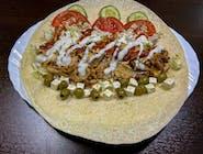 Tortilla śródziemnomorska - naleśnik pszenny z gyrosem i dodatkiem pomidora, ogórka, oliwek, kapusty pekińskiej, sera feta i sosem do wyboru