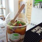 Musli z jogurtem naturalnym, nasionami chia i owocami