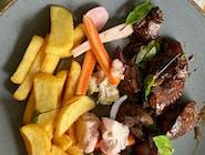 Wątróbka drobiowa smażona na białym winie i maśle, frytki stekowe, warzywa piklowane