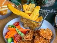 Panierowana pierś z kurczaka zagrodowego, frytki stekowe, świeża marchewka, ogórek, pomidorki koktajlowe