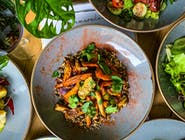 Pieczone warzywa (batat, marchew, korzeń pietruszki, selera, burak, cebula czerwona, czosnek olej sezamowy, czarny sezam, kolendra)