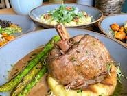 Golonka z indyka z glazurą z daktylami, puree ziemniaczane z serem Bursztyn, zielone szparagi