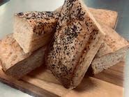 Dwie pajdy chleba pszenno-żytniego na zakwasie własnego wypieku