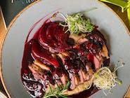 Pierś z kaczki z sosem z czerwonego wina, wiśni i gruszki  na puree selerowo-jabłkowym