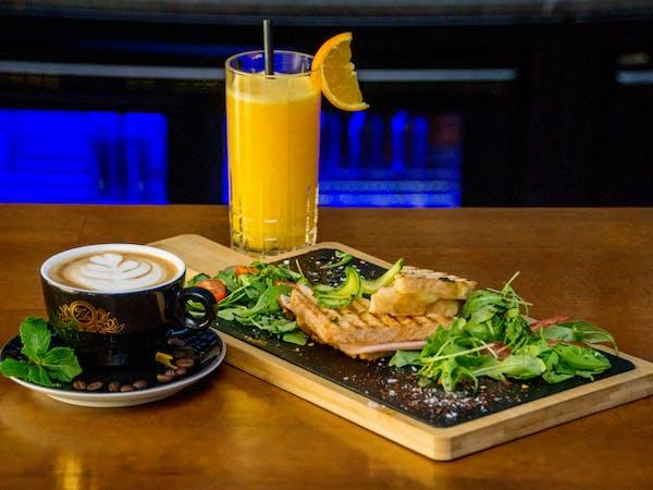 Sandwich Toast cu cafea și fresh de portocale