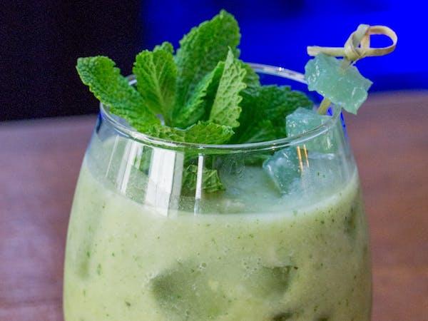 Vegetarian Smoothie : ovaz , seminte de pin , seminte de floarea soarelui , avocado , nuca , suc de mere (250 ml)