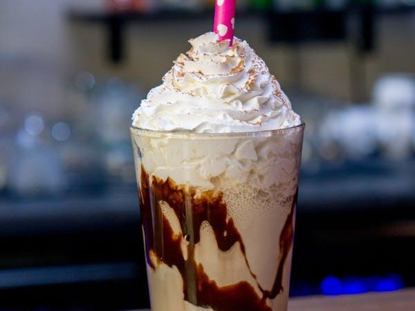 Frappe Ciocolata : cafea , lapte , inghetata ciocolata , frisca (400 ml)