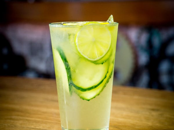 Limonada cu soc si castravete : sirop lamaie , sirop de soc, castravete, apa minerala (300 ml)