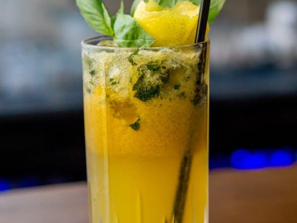 Bubblegum Delicious : vodca Smirnoff citrus , schweppes tonic , grapefruit , busuioc , piure fructul pasiunii (300 ml)