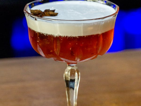 Red and White Tea Cocktail : rom Angostura , ceai negru , anason , zahar , frisca lichida (250 ml)