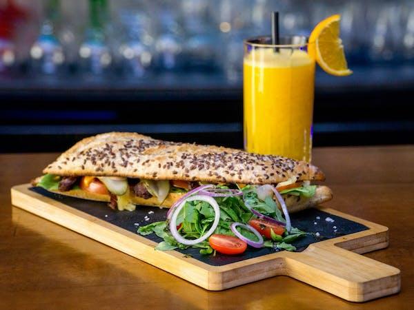 Sandwich cu carne de vită și fresh de portocale
