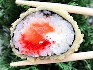 Futomaki z łososiem w tempurze