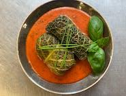 Gołąbki z mięsem i ryżem w kremowym sosie pomidorowym z ziemniakami i koprem