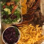 Stek z karkówki, kiełbaska rzemieślnicza, filet, plastry boczku, szarpana wołowina