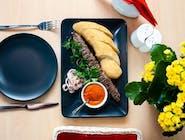 Lula kebab z wołowiny z plackiem i marynowaną cebulką