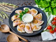 Pierogi z gotowanym burakiem zaprawionym czosnkiem oraz serem feta podawane z zasmażaną cebulką