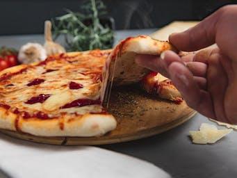 Pizza z oscypkiem i żurawiną