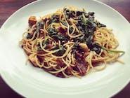 Spaghetti (350g) z kurczakiem, szpinakiem , suszonymi pomidorami, słonecznikiem