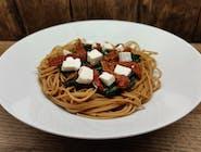 Spaghetti pełnoziarniste ze szpinakiem, fetą i suszonymi pomidorami