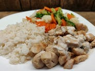 Kurczak w jogurtowo-czosnkowej marynacie z bukietem warzyw i ryżem