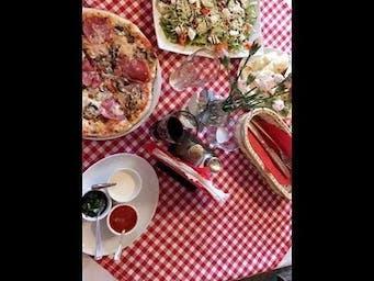 Włoski stolik rozmaitości