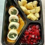 Roladka z kurczaka ze szpinakiem i serem gorgonzola w sosie z suszonych pomidorów, kopytka, buraczki