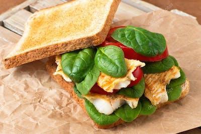 Sandwich z rybą panierowaną, papryką, bazylią, i serem cheddar z sosem bbq
