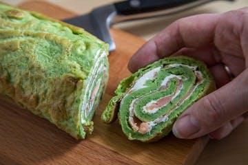 Rolada z łososia z omletem i szpinakiem