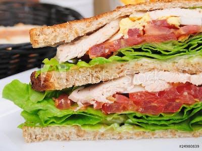 Sandwich meksykański z grillowaną wieprzowiną, chorizo i plackiem ziemniaczanym