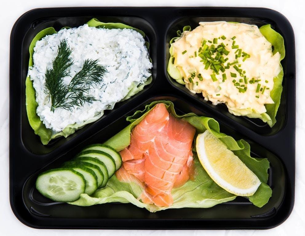 WEGE:  Jajecznica na maśle, pieczywo mieszane, łosoś, twarożek, ogórek, owoce sezonowe, woda 0,5L