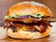 Swojski - burger z sezonowaną wołowiną i plackiem ziemniaczanym w zestawie