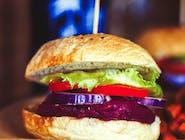 Burger z buraków i kaszy jęczmiennej