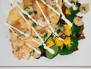 32. Naleśnik - Krewetki, świeże liście szpinaku, rukola, oliwki, pomidor suszony, mango, prażone pestki słonecznika // sos