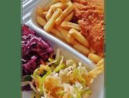 Smażony Filet z piersi kurczaka w towarzystwie frytek i sezonową sałatką