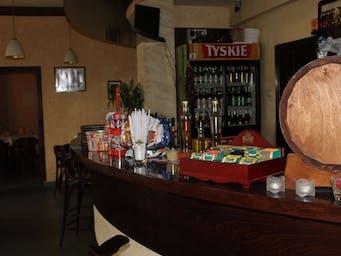 A przy barze ....
