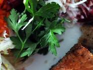Sałatka z grillowaną polędwiczką i chlebem pita