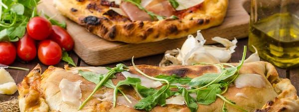 Pizza z szynką parmeńską i rucolą
