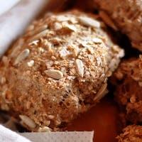 Smalczyk domowy na pajdzie świeżego, chrupkiego chleba i do tego kiszony ogór