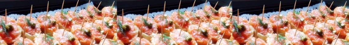 Tartinki z siekanym łososiem