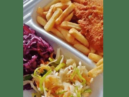 filet z piersi kurczaka w towarzystwie frytek i surówki